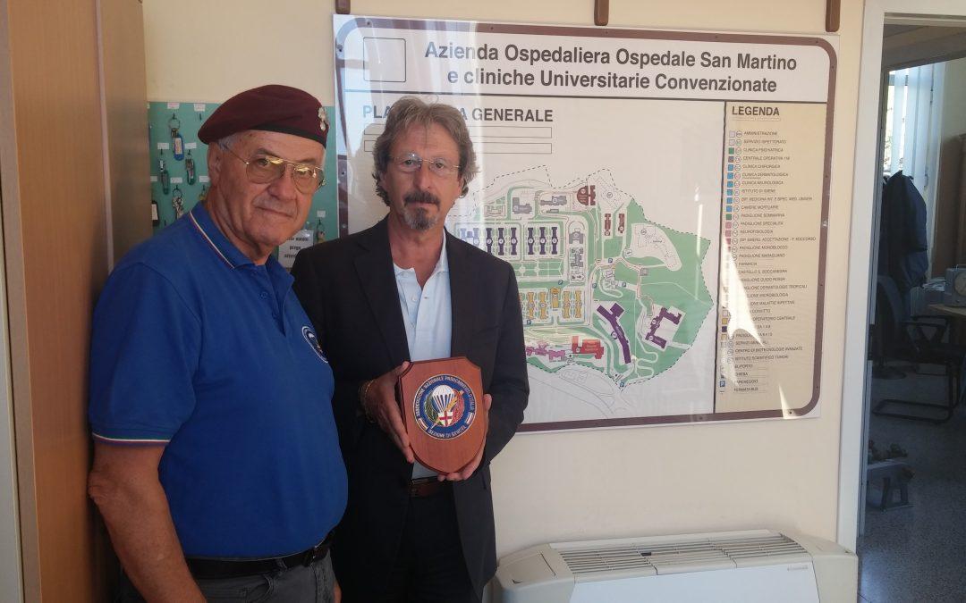 Consegna crest al Direttore U.O. Attività Tecniche Ospedale San Martino
